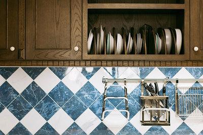 真似したい!キッチンの吊り戸棚をフル活用できる収納ワザ